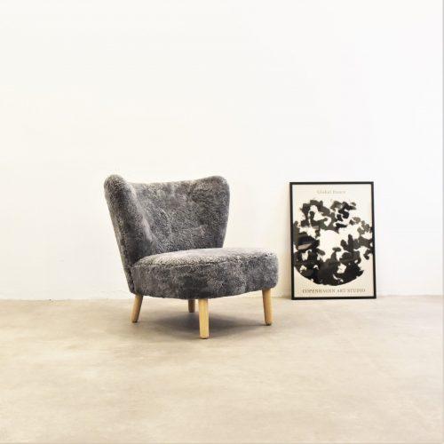 Take a Break dansk design laenestol med Global Dance Plakat graa lammeskin