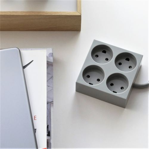 domusnord-connector-design-stikdåse-grå-lysegrå-kvadratisk-på-bord-på-skrivebord-flot-pæn-dansk-04-forlængerledning-stilren-4