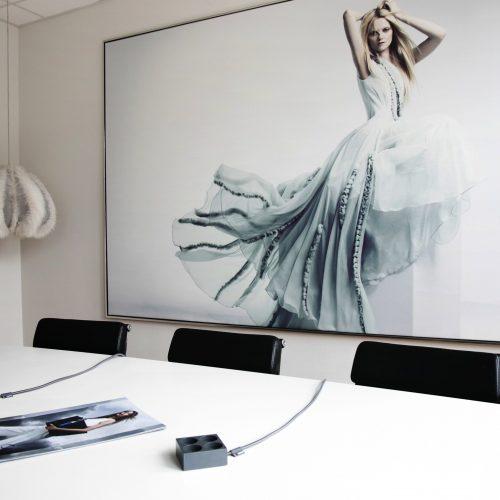 domusnord-connector-design-stikdåse-grå-mørkegrå-kvadratisk-på-bord-på-skrivebord-flot-pæn-dansk-10-forlængerledning-stilren-4