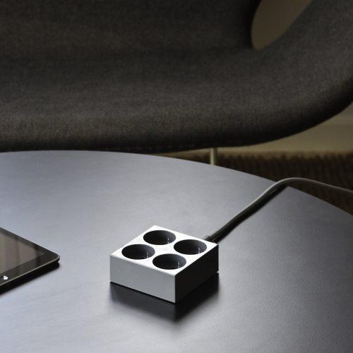 domusnord-connector-design-stikdåse-grå-mørkegrå-kvadratisk-på-bord-på-skrivebord-flot-pæn-dansk-10-forlængerledning-stilren-5