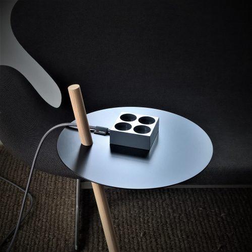 domusnord-connector-design-stikdåse-grå-mørkegrå-kvadratisk-på-bord-på-skrivebord-flot-pæn-dansk-10-forlængerledning-stilren-6