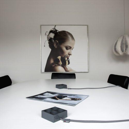 domusnord-connector-design-stikdåse-grå-mørkegrå-kvadratisk-på-bord-på-skrivebord-flot-pæn-dansk-10-forlængerledning-stilren-7