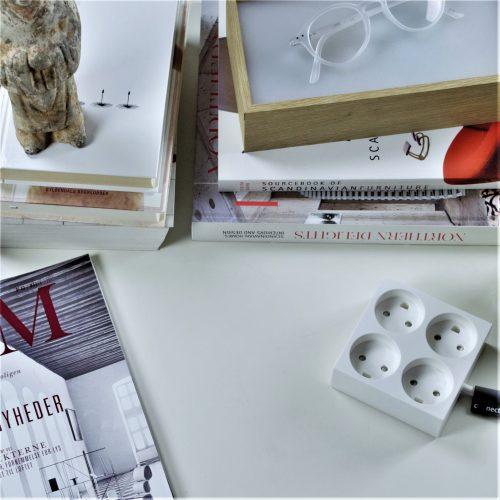 domusnord-connector-design-stikdåse-hvid-kvadratisk-på-bord-på-skrivebord-flot-pæn-dansk-01-forlængerledning-stilren-2