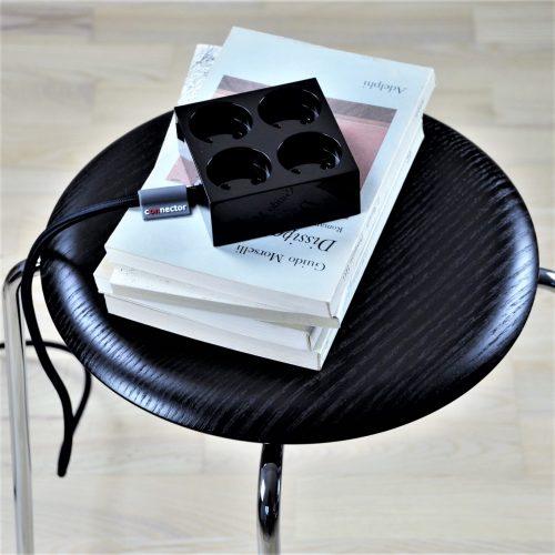domusnord-connector-design-stikdåse-sort-kvadratisk-på-bord-på-skrivebord-flot-pæn-dansk-12-forlængerledning-stilren-3