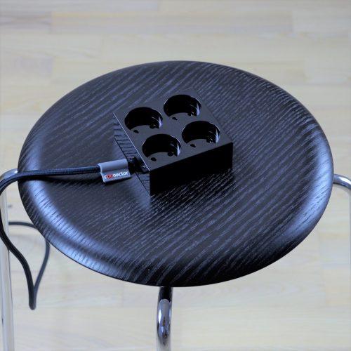 domusnord-connector-design-stikdåse-sort-kvadratisk-på-bord-på-skrivebord-flot-pæn-dansk-12-forlængerledning-stilren-4